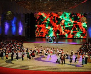 Der chinesische Präsident Hu Jintao (vorne, 4.v.l.) singt während der großen Feier zum zehnten Jahrestag von Macaos Integration als Sonderverwaltungszone in die Volksrepublik China zusammen mit Künstlern das Lied 'Ode an das Vaterland'.