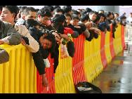 Auf dem Bahnhof von Shenyang, der Hauptstadt der nordostchinesischen Provinz Liaoning, warten die Passagiere darauf, in die Züge einzusteigen. Zum diesjährigen Frühlingsfest werden  vom 30. Januar bis zum 10. März 2010 schätzungsweise rund 210 Millionen Chinesen per Bahn fahren.