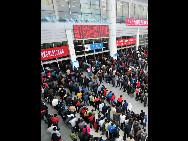 Auf dem Bahnhof in Fuzhou, der Hauptstadt der südostchinesischen Provinz Fujian, müssen zahlreiche Passagiere außerhalb des Wartesaals schlangestehen, um Fahrkarten zu kaufen.