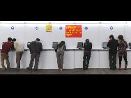 In Shenzhen, einer Stadt in der südchinesischen Provinz Guangdong, buchen viele Passagiere per Computer registrierte Zugkarten.