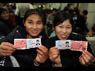Zwei Passagierinnen sind offenbar froh, die registrierten Karten bekommen zu haben.