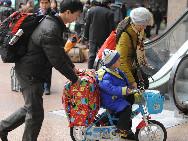 Eine Familie auf dem Westbahnhof Beijings