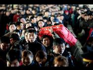 Auf dem Nordbahnhof von Shenyang, der Hauptstadt der nordostchinesischen Provinz Liaoning, warten die Passagiere darauf, in die Züge einzusteigen.