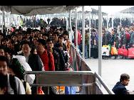 Viele Passagiere in Xi'an kaufen bei einer Busstation Fahrkarten für Überlandbusse.