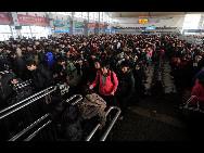 Auf dem Bahnhof von Chengdu, der Hauptstadt der südwestchinesischen Provinz Sichuan, warten die Passagiere darauf, in die Züge einzusteigen.