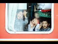 Auf dem Bahnhof von Harbin, der Hauptstadt der nordostchinesischen Provinz Heilongjiang winken ein paar Kinder aus einem fahrenden Zug zum Abschied.