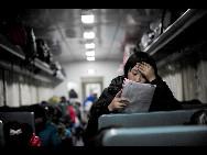 Ein Mädchen liest im Zug eine Zeitschrift.