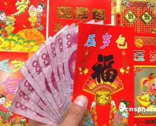 Die Heimfahrt nach Hause über das Frühlingsfest wird für junge Angestellte immer kostspieliger. Eine Online-Umfrage belegt laut den Chongqing Evening News, dass 43 Prozent der Befragten den Plan aufgeben, über das Fest nach Hause zu gehen, weil sie es sich einfach nicht leisten können.