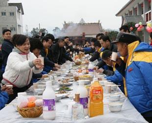 Am 10. Februar kamen mehr als 20 Regierungschefs von Jiangyou, einer Stadt in der Provinz Sichuan, zu einem Hilfsheim, um sie vor dem Frühlingsfest zu besuchen. Jeder erhält 200 Yuan als Geldgeschenk. Sie haben außerdem zusammen ein fröhliches Neujahrsessen genossen.