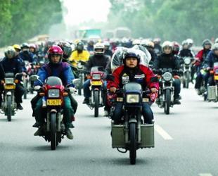 Begrenzte Kontingente und hohe Ticketpreise bei der Bahn haben viele Wanderarbeiter daran gehindert zum Frühlingsfest nach Hause zu fahren. 100.000 von ihnen, die im Perlflussdelta im Süden Chinas arbeiteten, haben eine neue Option gefunden: Das Moped.