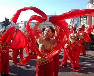 Im Vorfeld des traditionellen chinesischen Frühlingsfests herrscht überall in China eine feierliche Atmosphäre. Landesweit werden Neujahrseinkäufe getätigt und Freunde und Familienangehörige besucht.