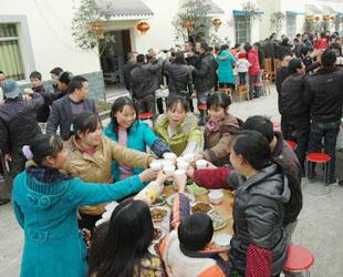 Die Bewohner des Dorfes Fangbei in der Stadt Mianyang in der südwestchinesischen Provinz Sichuan, die vom Erdbeben im Jahr 2008 erschüttert wurde, feiern das chinesische Neujahr bei einem gemeinsamen Essen.