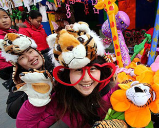 Chinesen bummeln am letzten Tag des Jahres nach dem Mondkalender gerechnet auf dem Tempelmarkt im Ditan-Park (13. Februar 2010). Im Ditan-Park, dem Erdtempel-Park, wird jedes Jahr Beijings beliebtester Tempelmarkt mit traditionellem Essen und Volkskunst veranstaltet.