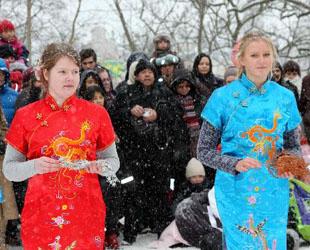 Zwei schwedische Schülerinnen präsentieren bei einer Feier zum chinesischen Frühlingsfest, dem chinesischen Neujahr, in Stockholm, Hauptstadt von Schweden, ihr Qipao, traditionelle chinesische Kleidung (13. Februar 2010).