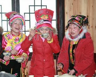Seit einigen Jahrzehnten werden die Sitten und Gebräuche der Qiang jedoch immer mehr von denen der Han-Nationalität beeinflusst, da die Qiang nicht weit von der Stadt leben und sich allmählich in deren Kultur integriert haben.