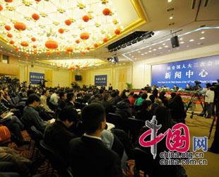Am Sontagnachmittag um 16.30 Uhr, hatten Nur Berkri, der Vorsitzender des Autonomen Gebietes Xinjiang , Mitglieder des Nationalen Volkskongresses (NVK), der Bürgermeister der Stadt Urumqi, sowie andere Funktionäre aus Xinjiang im Medienzentrum ein gemeinsames Interview mit chinesischen und ausländischen Journalisten.