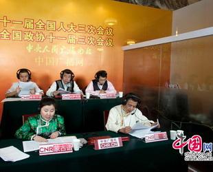 Die Arbeiter in der Großen Halle des Volkes, wo die chinesischen Parlamentstagungen stattfinden, bieten Journalisten grünen Tee zum Trinken.