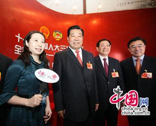 Die 3. Jahrestagung des 11. Landeskomitees der Politischen Konsultativkonferenz des Chinesischen Volkes (PKKCV) ist am Samstag in Beijing zu Ende gegangen. Nach der Abschlusszeremonie hat der Vorsitzende Jia Qingling das temporäre Studio des Internetportals China.org.cn besucht, das sich in der Großen Halle des Volkes befindet.