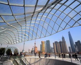 Nach der 33 Monate dauernden Renovierung wurde der 'neue Bund', die 1,5 Kilometer lange Promenade am westlichen Ufer des Huangpu-Flusses in Shanghai, am vergangenen Sonntag wieder für Besucher geöffnet.
