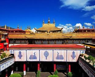 Der Jokhang Tempel liegt im Zentrum des Lhasa Tsuglagkhang, der bedeutendesten religiösen Stätte in Lhasa. Die Bronzestatue Jowo Rinpoche, die den Buddha Shakyamuni im Alter von zwölf Jahren darstellt, wurde in diesem Tempel aufgestellt.