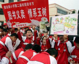Schüler verkaufen ihre Bücher und Schreibutensilien auf einem Wohltätigkeitsbasar, um Geld für die vom Erdbeben betroffenen Gebiete im Autonomen Bezirk Yushu in der chinesischen Provinz Qinghai zu sammeln.