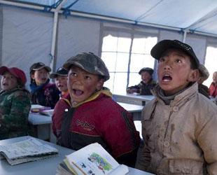 Das Erdbeben in Yushu hat den Kindern im Katastrophengebiet Not und Elend gebracht. Viele von ihnen haben ihr Zuhause und ihre Familie verloren. Trotz ihres Alters ist es enorm, was die Kinder ertragen, bereits ertragen.