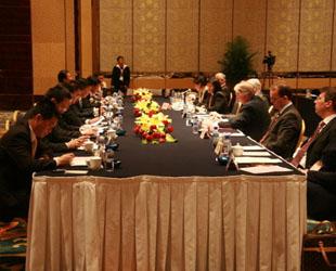 'Errichten wir eine gemeinsame Regierung', witzelte der bayerische Ministerpräsident Horst Seehofer bei der Besprechung mit Shandongs Gouverneur Jiang Daming im Rahmen des 'Sino-German Cooperation Summit' am Donnerstagnachmittag.