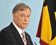 Am 1. Juli 2004 legt Horst Köhler den Amtseid als neunter Bundespräsident der Bundesrepublik Deutschland ab. Am 23. Mai 2009 wird er von der Bundesversammlung im ersten Wahlgang mit der absoluten Mehrheit von 613 Stimmen für weitere fünf Jahre im Amt bestätigt.