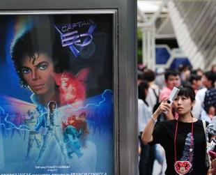Der 3D-Film 'Captain EO' mit Michael Jackson in der Hauptrolle, wird am 1. Juli ins Disneyland Tokio mit neuen Attraktionen für den Kino-Innenraum zurückkehren.