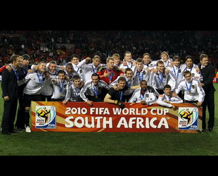 Trostpreis für DFB-Elf: Am Samstagabend haben die deutschen Fußballmänner ihr letztes Spiel bei der WM in Südafrika gewonnen. In dem kleinen Finale schlug das Team von Joachin Löw, dem Bundestrainer, Uruguay mit einem 3:2. Damit landet die Nationalmannschaft Deutschlands wie bei der WM 2006 auf dem dritten Platz.