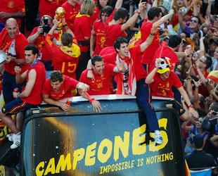 Die spanischen Fußballspieler kehrten nach ihrem historischen Sieg in die Heimat zurück. In Madrid feierten Hunderttausende Spanier den ersten WM-Titel Spaniens und bereiteten dem Fußballteam einen begeisterten Empfang.