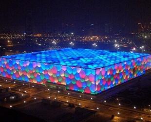 Zwei Jahre nach den Olympischen Spielen steht das Nationale Schwimmstadion in Beijing nun wieder im Lichte der Öffentlichkeit: Der Wasserwürfel wurde in den so genannten Happy Magic Wasserpark verwandelt, den größten Innen-Wasserpark in Asien.
