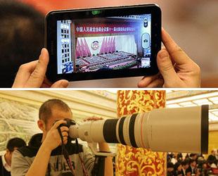 Die wichtigsten Jahrestagungen Chinas im März ist auch ein Kampffeld für Pressemedien. Journalisten aus verschiedenen Medien tun ihr Bestes, mit Hilfe von modernen digitalen Ausrüstungen über die Tagungen zu berichten.