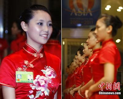 Zur Zeit findet das Bo'ao Asien-Forum in der gleichnamigen Gemeinde auf der südchinesischen Inselprovinz Hainan statt. Dabei stehen eine Anzahl von schönen Hostessen für die Bedienung zur Verfügung.