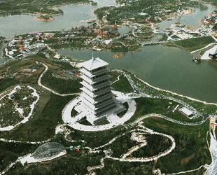 Diese Luftaufnahme zeigt den Chang'an-Turm, der sich auf dem Gelände der Internationalen Gartenschau von Xi'an, der Hauptstadt des nordwestchinesischen Provinz Shaanxi, befindet. Die Gartenschau begann am 28. April und wird noch bis zum 22. Oktober dauern.