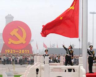Zehntausende von Menschen aus ganz China versammeln sich heute Morgen auf dem Platz für die Jubiläumsfeier. In einer speziellen Zeremonie wird die Fahne gehisst.