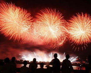 Vorgestern wurden über dem Xiangjiang-Fluss in Changsha, der Hauptstadt der zentralchinesischen Provinz Hunan, zahlreiche Feuerwerkskörper abgelassen. Grund für die Feuerlichkeiten war der 90. Gründungstag der Kommunistischen Partei Chinas.