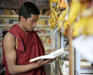 Sera ist eines der 'Drei Großen Klöster' des Gelug-Ordens des tibetischen Buddhismus. Es liegt nördlich von Lhasa, der Hauptstadt des südwestchinesischen Autonomen Gebiets Tibet. Die folgenden Bilder zeigen das moderne Leben der Mönche in diesem Kloster.