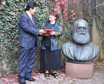 Unter der Leitung von Guo Xiaoyong, dem Vizepräsidenten der China International Publishing Group (CIPG), besuchte eine CIPG-Delegation, die an der 63. Frankfurter Buchmesse teilnimmt, am Freitag die deutsche Stadt Trier - die Heimat des Begründers des Marxismus,