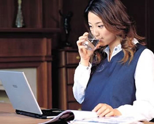 Weibliche Beschäftigte in China werden voraussichtlich längeren Mutterschaftsurlaub bekommen - vor und nach der Entbindung. Eine neue Verordnung verbietet es zudem, Frauen an bestimmten, gefährlichen Arbeitsplätzen zu beschäftigen.