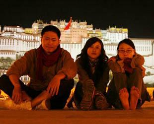 Shuaishuai, eine Frau aus Chongqing, die nach 1980 geboren ist, ging im Jahr 2007 zum dritten Mal nach Tibet und arbeitete dort für die nächsten beiden Jahre in Lhasa. Dieses Bild wurde vor dem Potala-Palast aufgenommen, wie sie zusammen mit drei guten Freunden eine gute Zeit verbrachte.