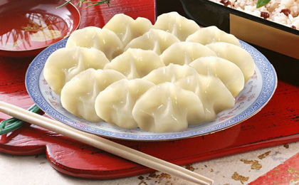Jiaozi (chinesische Ravioli) müssen normalerweise vor Mitternacht in der Silvesternacht fertig gemacht und zum Jahreswechsel zwischen 23 und 1 Uhr gegessen werden. Das hat die Bedeutungen von Fröhlichkeit, Zusammensein und Glücklichkeit.