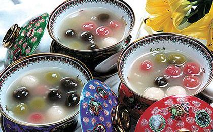Die Yuanxiao (mit Sesam oder Erdnüssen gefüllte Reisbällchen) der verschiedenen Orte schmecken zwar anders voneinander, sie haben aber die gleichen Bedeutungen und Symbole von Zusammensein. Yuanxiao sind sehr beliebt und werden auch zum Laternenfest am 15. Tag des neuen Mondkalenderjahrs gegessen.