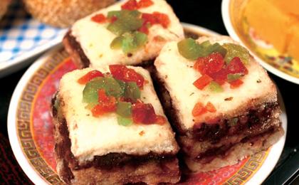Zum Frühlingsfest Niangao (Neujahrskuchen aus Reismehl) zu essen, ist ein gemeinsamer Brauch von Nord- und Südchinesen. Das Wort gao ('Kuchen') wird genauso wie das Wort gao ('hoch') ausgesprochen. Man hofft, dass mit Niangao, also dem 'Neujahrskuchen', das Lebensniveau im neuen Jahr immer höher und das Leben immer glücklicher wird.