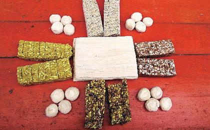 Tanggua ist eine Art Süßigkeit, die aus Hirse und Malz gemacht wird und deswegen sehr klebrig ist. Der 23. Tag des letzten Monats des Mondkalenderjahres heißt auch 'kleines Frühlingsfest'. An diesem Tag soll man nach der chinesischen Tradition dem Herdgott opfern, sauber machen und Tanggua essen. Von diesem Tag an beginnt dann die Feier des Frühlingsfestes.