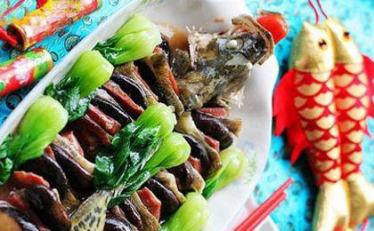Auf dem reichhaltigen Bankett am Silvesterabend gibt es sicher ein Fischgericht, das auch das einzige Gericht, das nicht aufgegessen werden soll. Das chinesische Wort für Fisch lautet 'yu' und hat die gleiche Aussprache wie das Wort 'yu' mit der Bedeutung 'Überfluss'. Mit dem Fisch wird symbolisiert, dass man im Überfluss leben wird und immer genug Geld übrig bleibt.