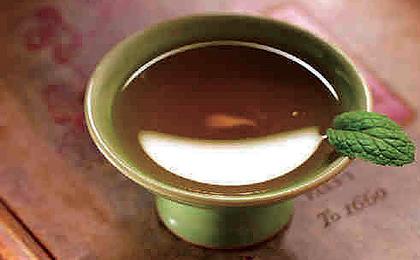 Im alten China musste die ganze Familie diesen Kräuterwein trinken, um alles Unrechte zu beseitigen und ein völlig neues Jahr begrüßen zu können.