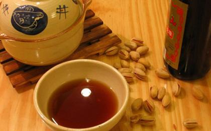 Am Silvesterabend kommt die ganze Familie zusammen und hat gemeinsam ein reichhaltiges Bankett. Dabei trinkt man auch Wein oder Schnaps. Solche alkoholischen Getränke werden in Wenzhou in der südostchinesischen Provinz Zhejiang 'Fensui-Wein' genannt, denn der Silvesterabend bedeutet die 'Jahrestrennung' (fensui): Das alte und das neue Jahr werden dabei getrennt.