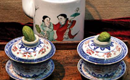Der Tee besteht aus Grüntee, chinesischen Oliven und Zwergorangen. In den Gebieten um den Unterlauf des Jangtze-Flusses ist dieser traditionelle Tee sehr populär. Der Name 'Yuanbao' (Goldbarren) zeigt die Hoffnungen und Wünsche der Menschen an, dass mehr Geld in ihr Leben kommen möge.