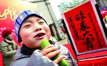 Im Norden der Provinz Anhui muss man zur ersten Mahlzeit einmal in einen Rettich beißen. Man nennt das 'in den Frühling beißen'. Der scharfe Rettich soll alle Bakterien und Krankheiten beseitigen, damit man im neuen Jahr gesund bleibt.